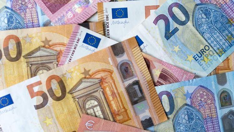 Zahlreiche Banknoten zu 10, 20 und 50 Euro liegen auf einem Tisch. Foto: Monika Skolimowska/dpa-Zentralbild/dpa/Archiv