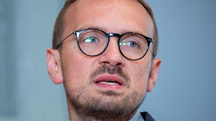 Stefan Sternberg (SPD), Landrat von Ludwigslust-Parchim, bei einer Pressekonferenz. Foto: Jens Büttner/dpa-Zentralbild/ZB/Archivbild