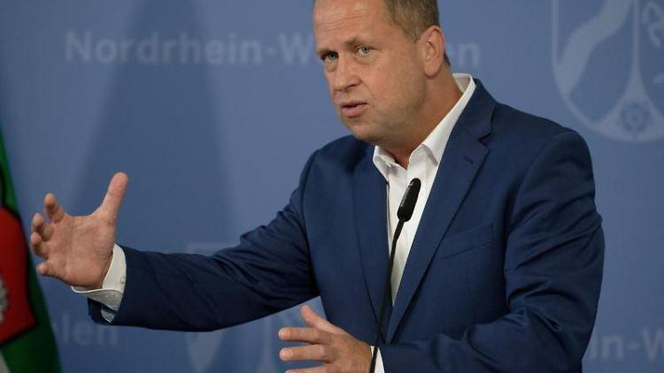 Joachim Stamp, Integrationsminister von NRW (FDP), spricht zur Presse. Foto: Henning Kaiser/dpa