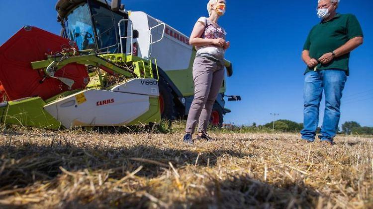 Ministerpräsidentin Manuela Schwesig (SPD) spricht mit Landwirt Volker Bredenkamp. Foto: Jens Büttner/dpa-Zentralbild/dpa
