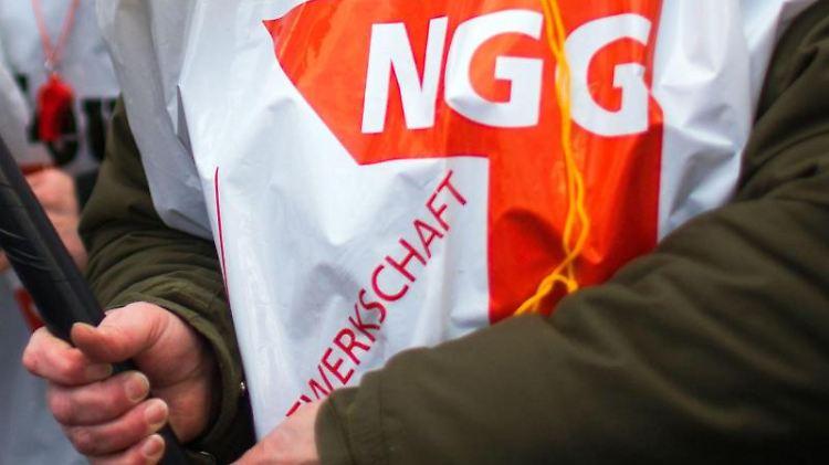 Ein Mitglied der Gewerkschaft Nahrung-Genuss-Gaststätten (NGG). Foto: Jens Büttner/dpa-Zentralbild/dpa/Archivbild