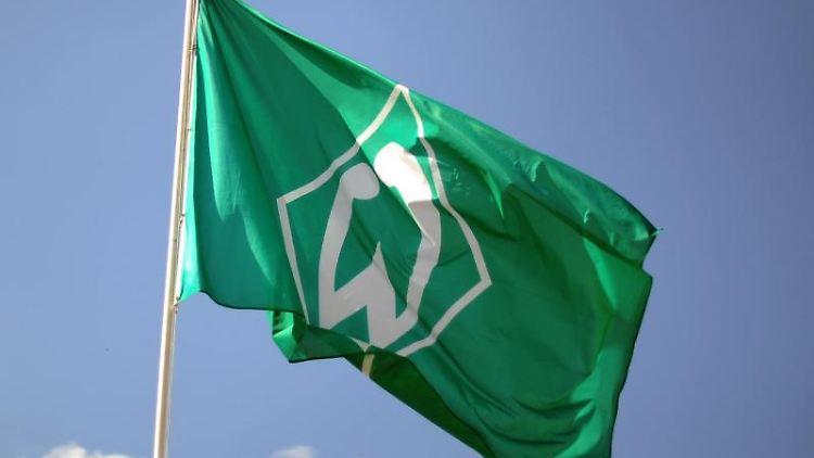 Eine Fahne mit dem Vereinslogo vonWerder Bremen weht im Wind. Foto: picture alliance / dpa/Symbolbild