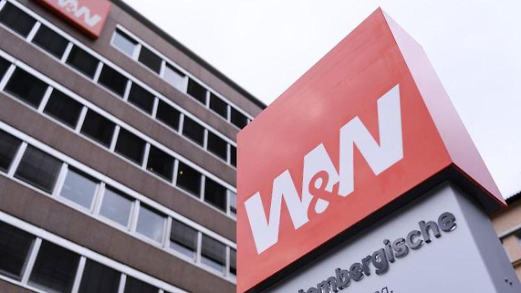 Das Logo der Wüstenrot und Württembergische-Gruppe (W&W) ist an einem Schild zu sehen. Foto: Edith Geuppert/dpa/Symbolbild
