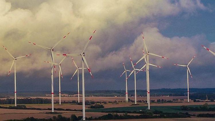 Blick auf Windenergieanlagen im Windpark