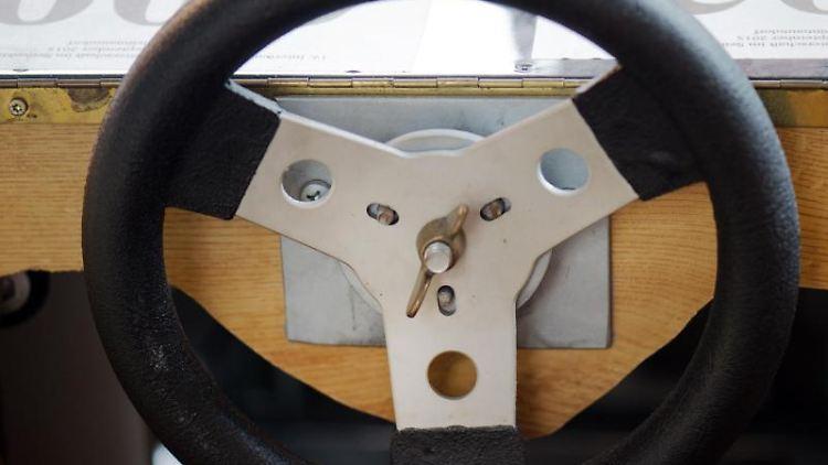Das Lenkrad einer Seifenkiste. Foto: Arno Burgi/dpa-Zentralbild/dpa/Symbolbild