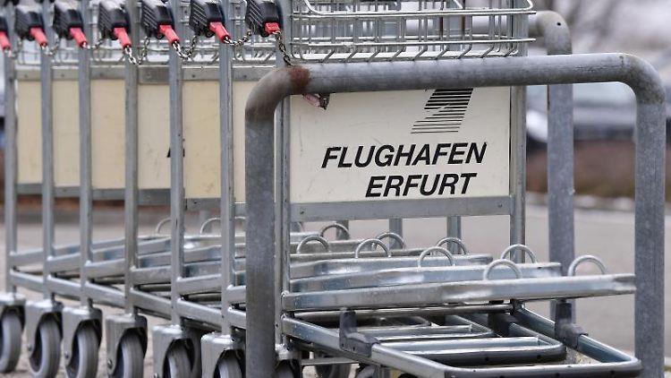 Gepäckwagen am Flughafen Erfurt-Weimar. Foto: Martin Schutt/dpa-Zentralbild/dpa/Archivbild