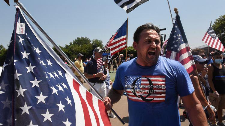 2020-08-12T190501Z_1062819012_RC2JCI9NBEDC_RTRMADP_3_USA-ELECTION-TRUMP-PROTESTS.JPG
