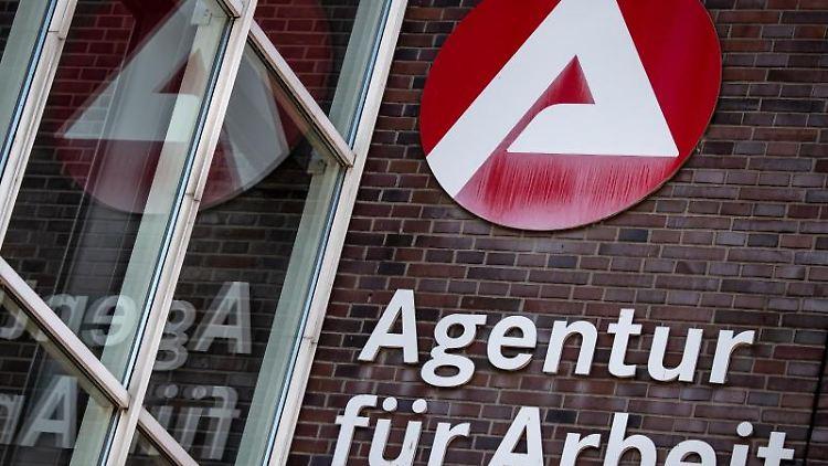 Ein Schild weist auf die Agentur für Arbeit hin. Foto: Sina Schuldt/dpa/Archivbild