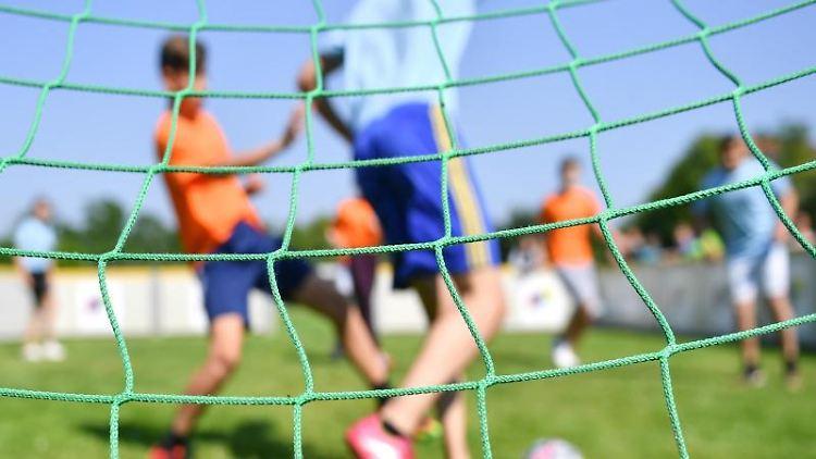 Kinder spielen in einem Sportverein Fußball. Foto: Uwe Anspach/dpa/dpa-tmn/Symbolbild