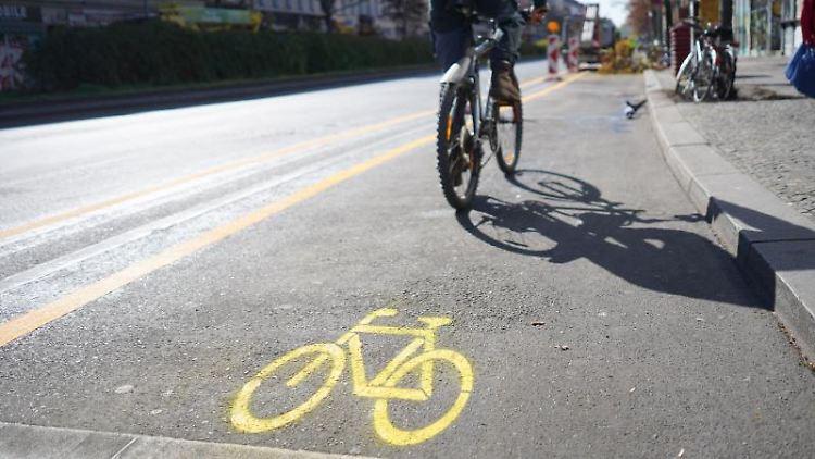 Ein Mann befährt mit seinem Fahrrad einen temporären Radverkehrsstreifen auf dem Kottbusser Damm. Foto: Jörg Carstensen/dpa/Archivbild