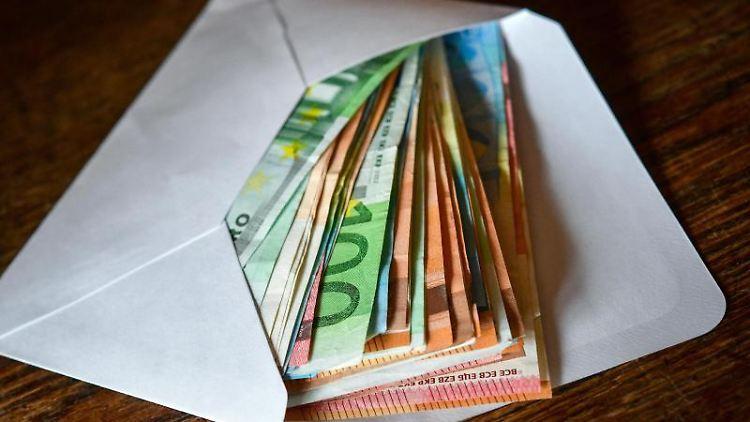 Viele Eurobanknoten liegen in einem Briefumschlag. Foto: Patrick Pleul/zb/dpa/Symbolbild