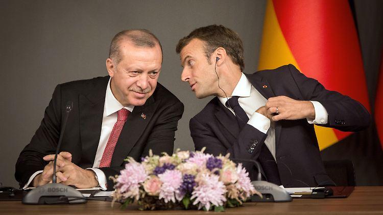 So einträchtig geht es gerade nicht zwischen Erdogan (links) und Macron (rechts) zu. Vielmehr spricht der türkische Präsident eine klare Warnung aus.