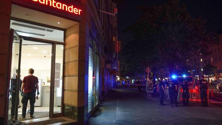 Die betroffene Filiale der Santander-Bank auf der Frankfurter Allee. Foto: Jörg Carstensen/dpa