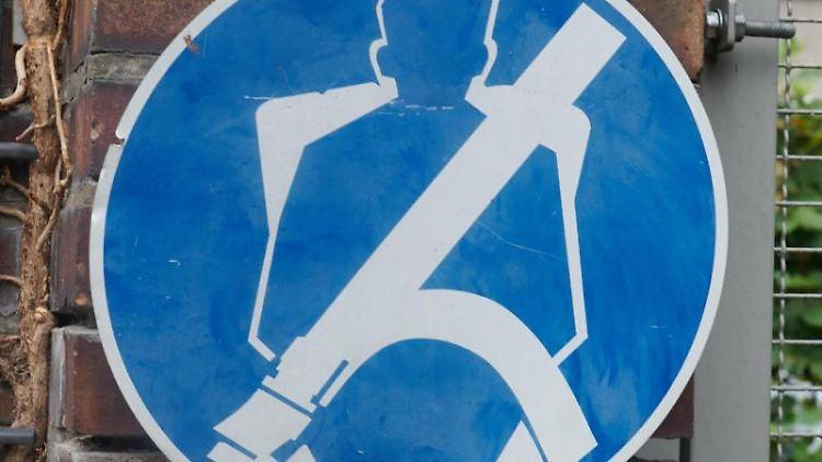 Ein Schild mit Anschnallpflicht hängt in einer Straße. Foto: Annette Riedl/dpa/Symbol