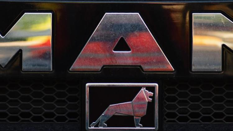 Das Logo des Truck-Herstellers MAN. Foto: Nicolas Armer/dpa/Archivbild