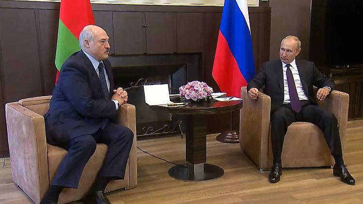 Der belarussische Präsident Alexander Lukaschenko (links) erhofft sich in der Zusammenarbeit mit Russlands Oberhaupt Wladimir Putin (rechts) auch neue Waffen.