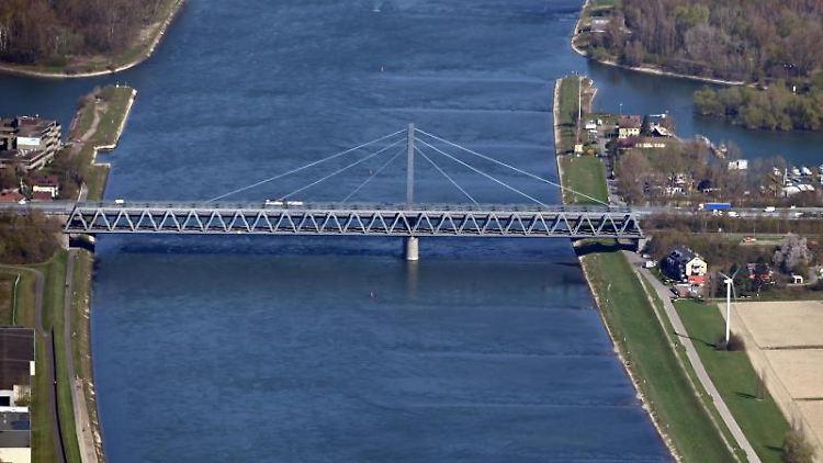 Die Rheinbrücke ist zu sehen. Foto: Uli Deck/dpa/Archivbild