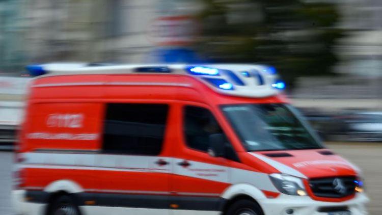 Ein Rettungsfahrzeug der Feuerwehr fährt mit Blaulicht bei einem Einsatz durch die Stadt. Foto: Jens Büttner/dpa-Zentralbild/ZB/Symbol