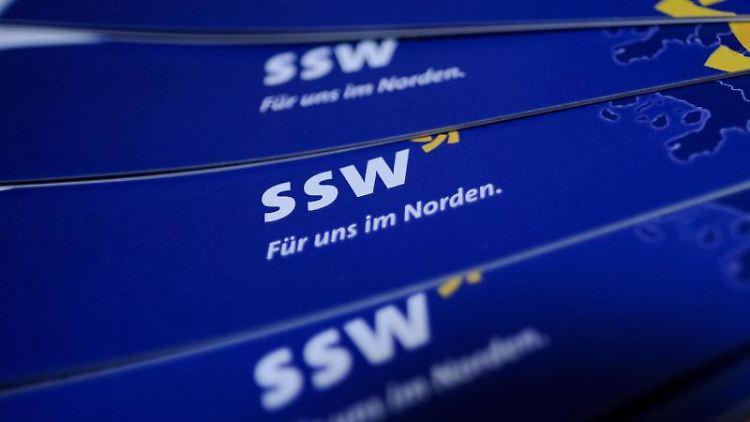 Werbeflyer des Südschleswigschen Wählerverbandes liegen aus. Foto: Axel Heimken/dpa/Archiv