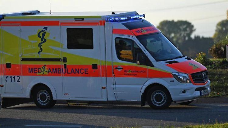 Ein Rettungswagen fährt mit Sondersignal zu einem Einsatz. Foto: Patrick Seeger/dpa/Symbol