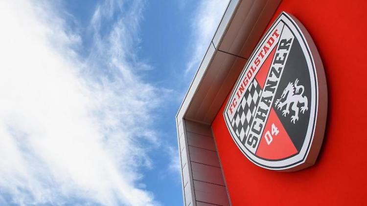 Das Logo vom FC Ingolstadt ist am Audi Sportpark in Ingolstadt (Bayern) zu sehen. Foto: picture alliance / Matthias Balk/dpa/Archiv