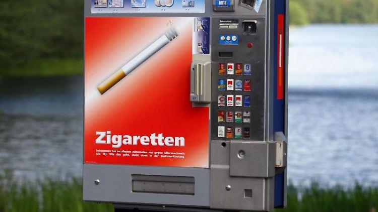 Ein Zigarettenautomat ist vor einem Gewässer zu sehen. Foto: Jens Büttner/dpa-Zentralbild/dpa/Symbol