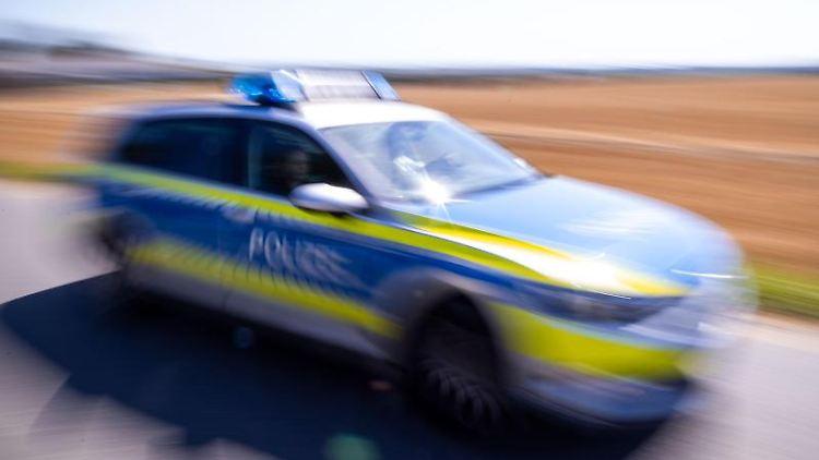 Ein Polizeiauto fährt über eine Landstraße. Foto: Jens Büttner/dpa-Zentralbild/ZB/Symbol