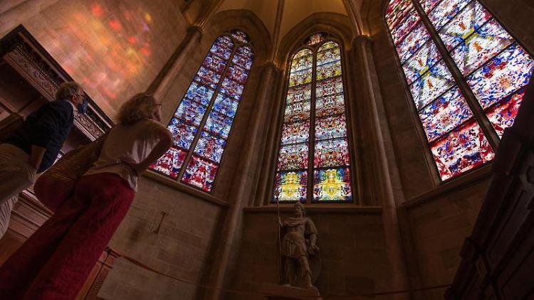 Nach ihrer Fertigstellung wurden die drei von dem Künstler Gerhard Richter gestalteten Chorfenster der Abteikirche Tholey erstmals der Öffentlichkeit präsentiert. Foto: Oliver Dietze/dpa