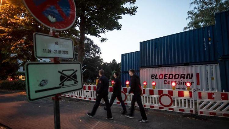 Container, die bei einer Detanation die Druckwelle abmildern sollen, stehen um die Fundstelle einer vermeintlichen Fliegerbombe. Foto: Bernd Thissen/dpa/Aktuell