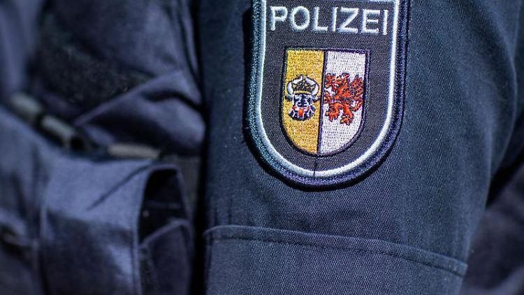 Das Wappen der Landespolizei Mecklenburg-Vorpommern auf dem Arm eines Polizeibeamten. Foto: Jens Büttner/dpa-Zentralbild/dpa/Symbol