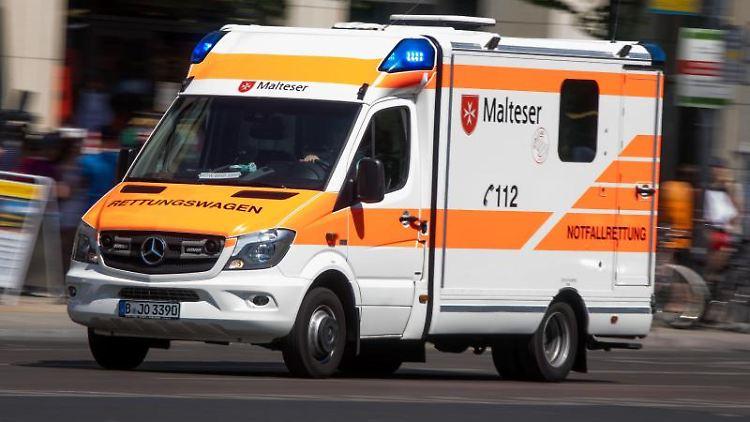 Ein Rettungswagen ist mit Blaulicht unterwegs. Foto: Jens Büttner/ZB/dpa/Symbol