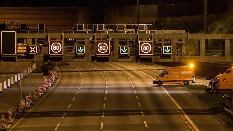 Baufahrzeuge stehen auf der voll gesperrten Autobahn 7 vor dem Elbtunnel. Foto: Daniel Bockwoldt/dpa/Aktuell