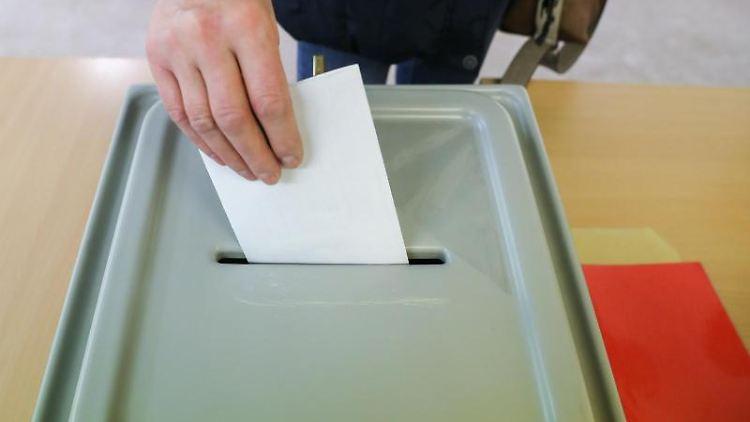 Ein Mann wirft seinen Stimmzettel in die Wahlurne. Foto: Jan Woitas/dpa-Zentralbild/dpa/Symbolbild