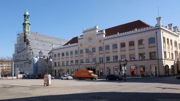 Blick auf den Hauptmarkt von Zwickau mit dem Gewandhaus (l) und dem Rathaus. Foto: Sebastian Willnow/dpa-Zentralbild/dpa/Archivbild