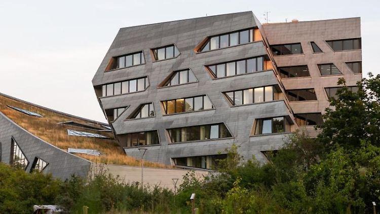 Blick auf das Hauptgebäude der Leuphana Universität Lüneburg. Foto: Philipp Schulze/dpa