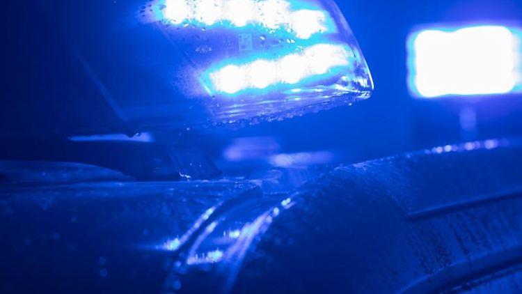 Blaulichter leuchten auf dem Dach einer Polizeistreife. Foto: Jens Büttner/dpa-Zentralbild/ZB/Symbolbild