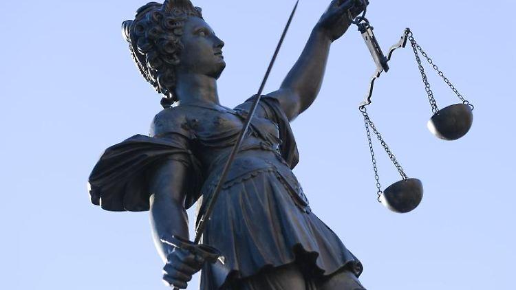 Die Statue der Justitia ziert den Gerechtigkeitsbrunnen auf dem Frankfurter Römerberg. Foto: Arne Dedert/dpa/Archivbild