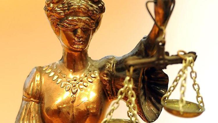Eine goldfarbene Justitia-Figur. Foto: Britta Pedersen/zb/dpa