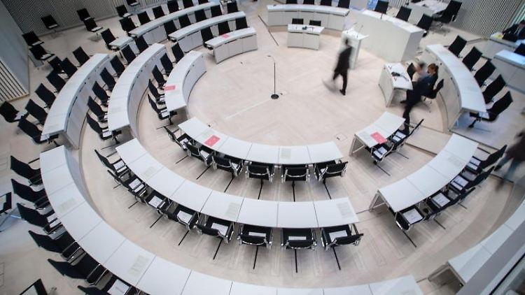 Der Plenarsaal im Landtag von Mecklenburg-Vorpommern. Foto: Jens Büttner/dpa-Zentralbild/dpa/Archivbild