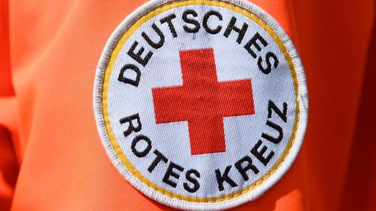 Das Logo Deutsches Rotes Kreuz ist an der Jacke eines Helfers zu sehen. Foto: Robert Michael/dpa-Zentralbild/dpa/Archivbild