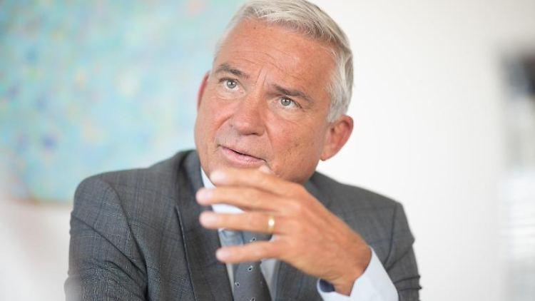 Baden-Württembergs Innenminister Thomas Strobl (CDU) spricht bei einem Interview. Foto: Sebastian Gollnow/dpa/Archivbild