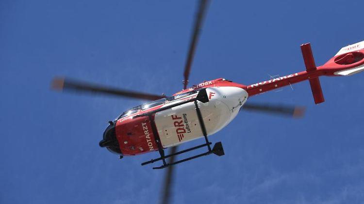 Ein Rettungshubschrauber fliegt am Himmel. Foto: Stefan Sauer/dpa-Zentralbild/ZB/Symbolbild