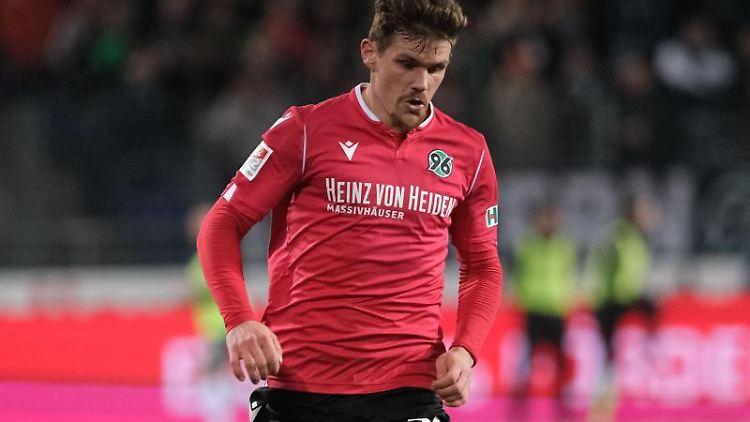 Hannovers Sebastian Jung ist am Ball. Foto: Peter Steffen/dpa