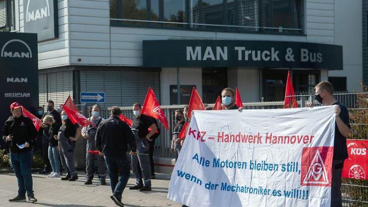 Mitarbeiter des Nutzfahrzeug-Herstellers MAN haben am Dienstag gegen den angekündigten Stellenabbau protestiert.. Foto: Julian Stratenschulte/dpa