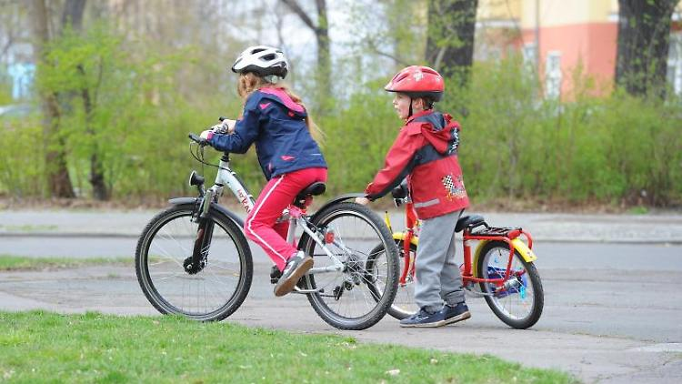 Ein Junge und ein Mädchen beim Fahrradfahren. Foto: Jens Kalaene/dpa-Zentralbild/dpa/Archivbild