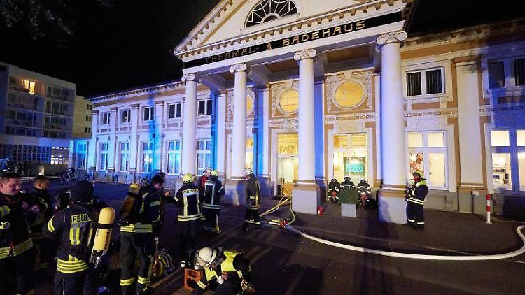 Feuerwehrleute sind bei einem Brand in Bad Neuenahr im Einsatz. Foto: Thomas Frey/dpa