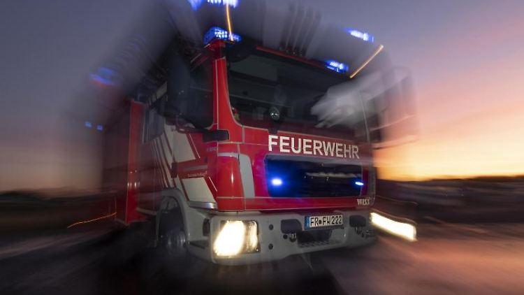 Ein Feuerwehrfahrzeug mit eingeschaltetem Blaulicht. Foto: Patrick Seeger/dpa/Symbolbild
