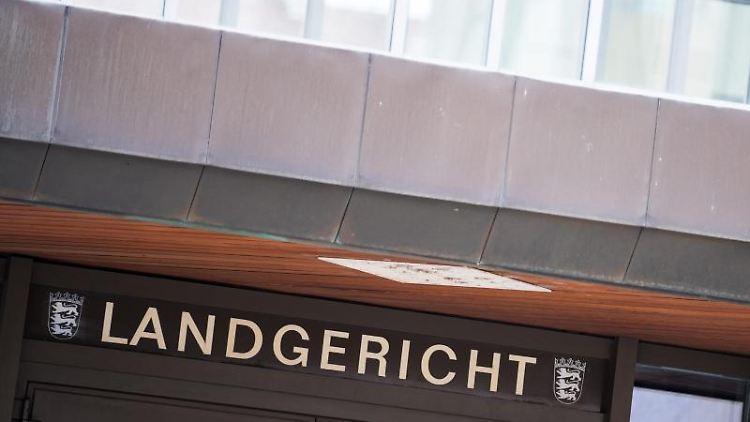 Der Eingang des Landgerichts Stuttgart. Foto: Sebastian Gollnow/dpa/Archivbild