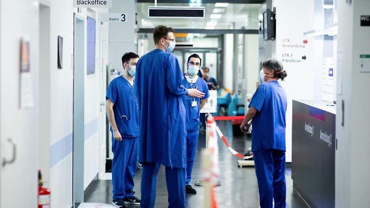 Ärzte und Pflegepersonal besprechen sich in einer Notaufnahme. Foto: Marcel Kusch/dpa/Symbolbild