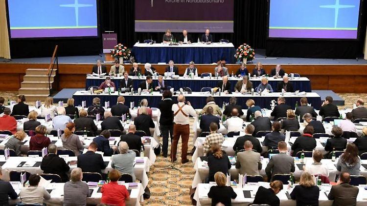 Die Teilnehmer der Synode sitzen bei der Eröffnung der Veranstaltung im Saal. Foto: Carsten Rehder/dpa/Archivbild
